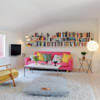 Пестрые подушки на розовом диване