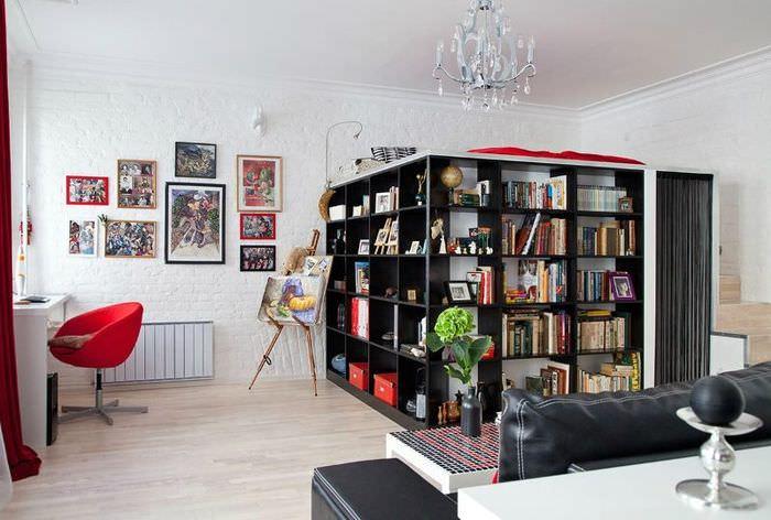 Черные стеллажи в общей комнате квартиры-студии