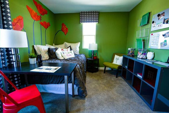 Красные маки на зеленой стене жилой комнаты