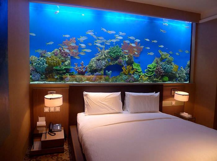 Большой аквариум в интерьере спальной комнаты