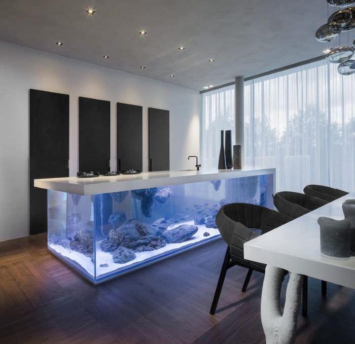 Кухонный остров с аквариумом в интерьере кухни-гостиной