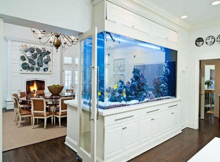 Встроенный аквариум-перегородка между столовой и гостиной
