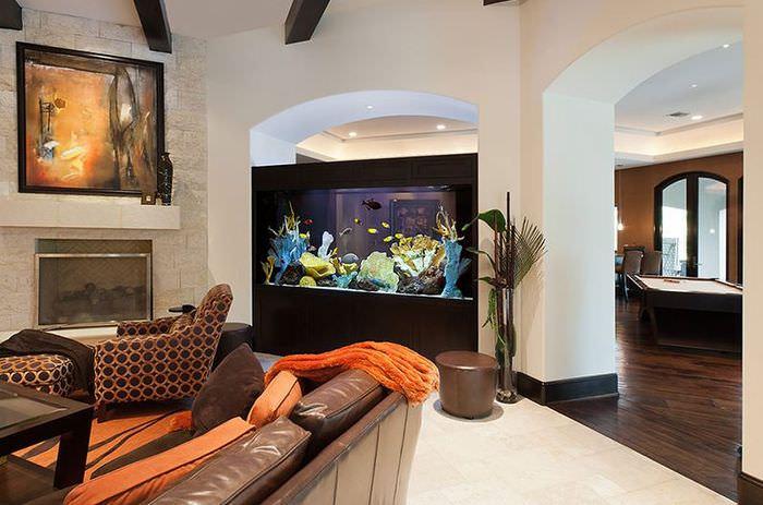 Арка с аквариумом в интерьере жилого дома