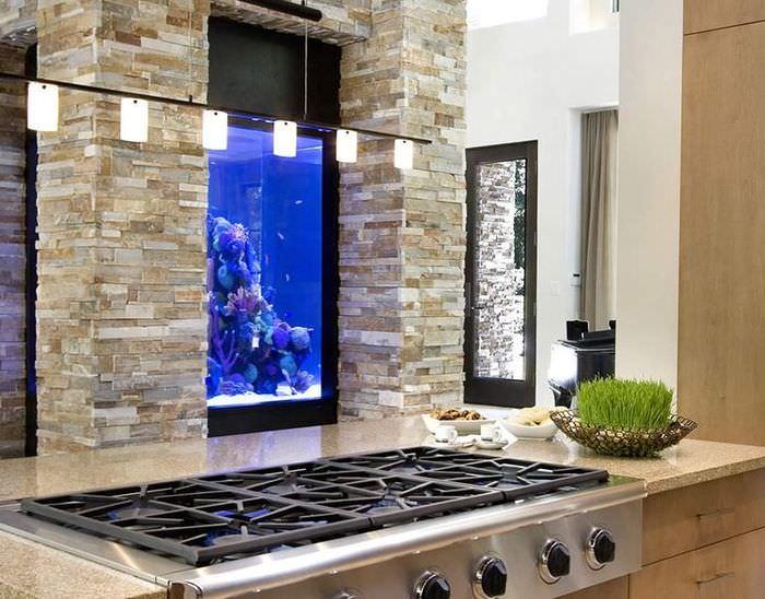 Встроенный аквариум в интерьере современной кухни