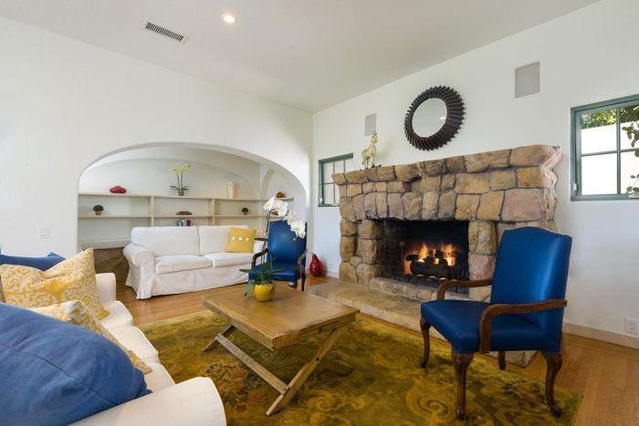Интерьер гостиной с камином с испанском стиле