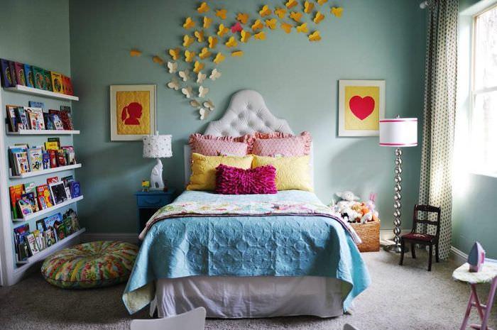 Бабочки из бумаги на стене в детской
