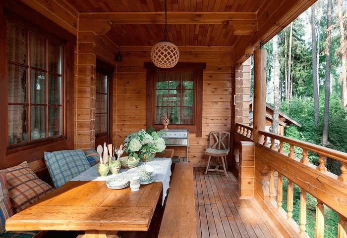 Большой обеденный стол на балконе частного дома