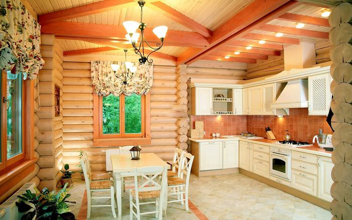 Белый кухонный гарнитур в кухне бревенчатого дома
