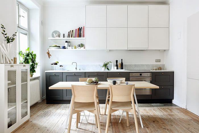 Белые подвесные шкафы в линейной кухне