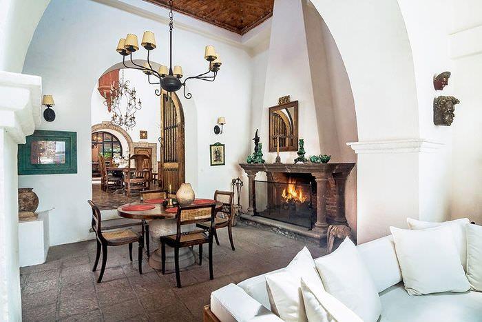 Белые стены в гостиной испанского стиля