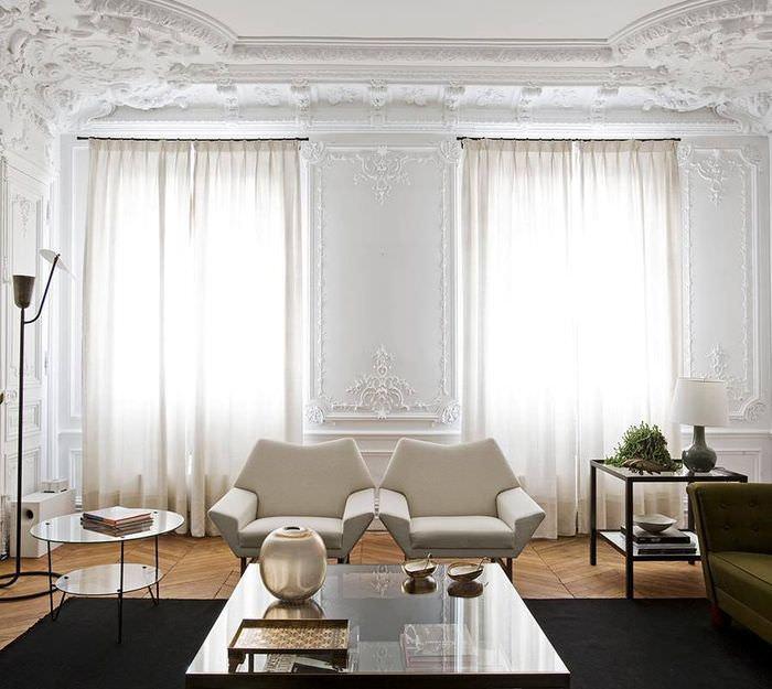 Белые стены современной гостиной в античном стиле