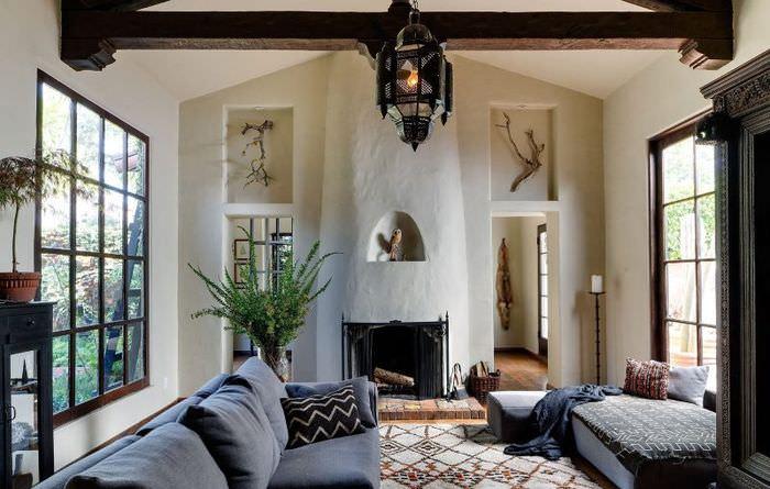 Деревянная балка в гостиной с двумя окнами