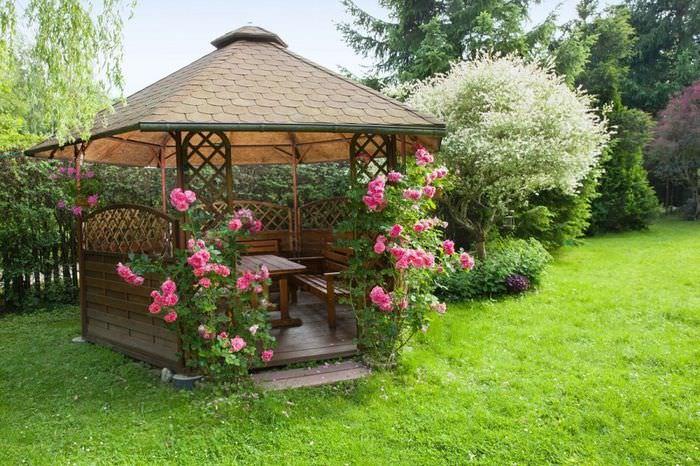 Украшение садовой беседки с помощью роз