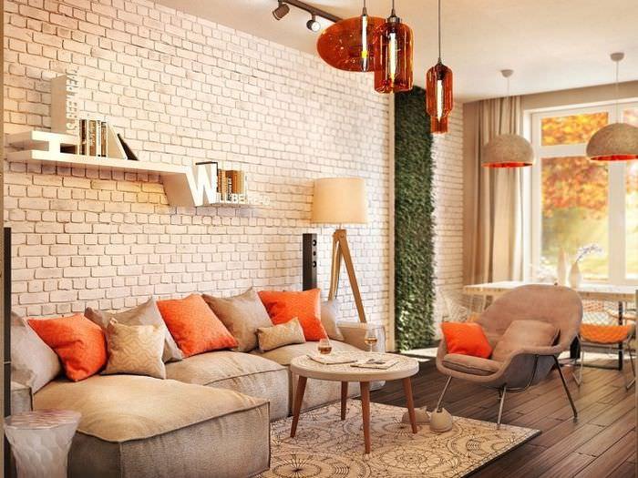 Кирпичная стена бежевого оттенка в современной гостиной