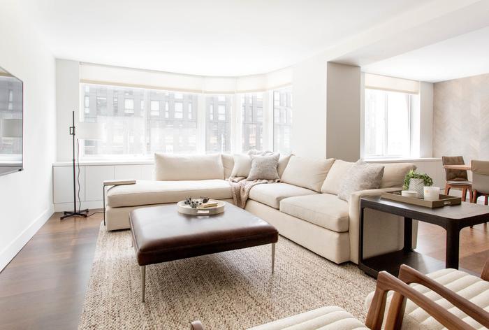 Бежевый диван в белой гостиной