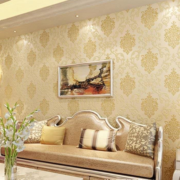 Картина на стене гостиной с бежевыми обоями