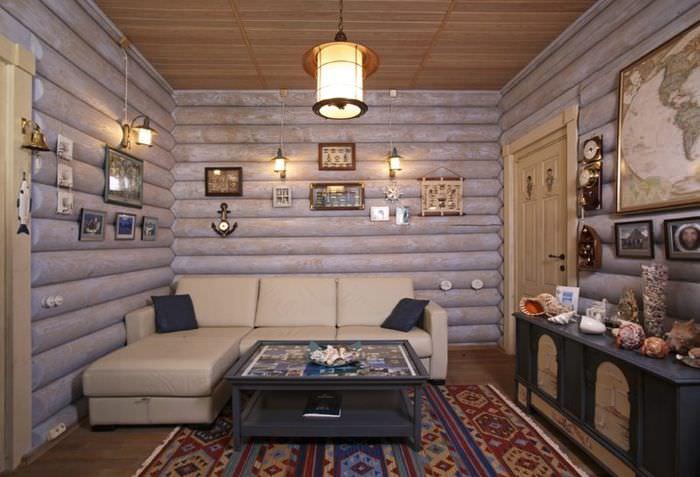 Бежевый диван угловой формы в гостиной с бревенчатыми стенами