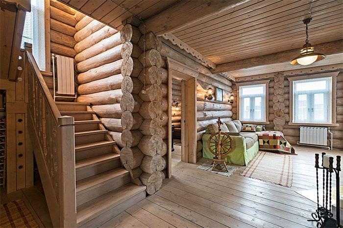 Деревянная лестница в гостиной бревенчатого дома