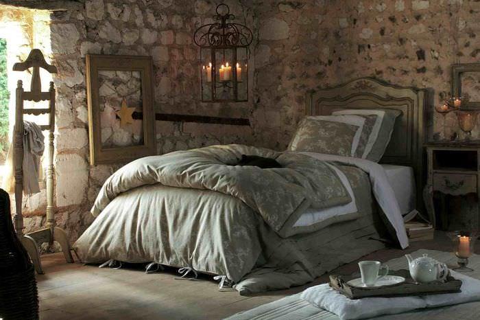 Стены из бутового камня в спальне сельского стиля