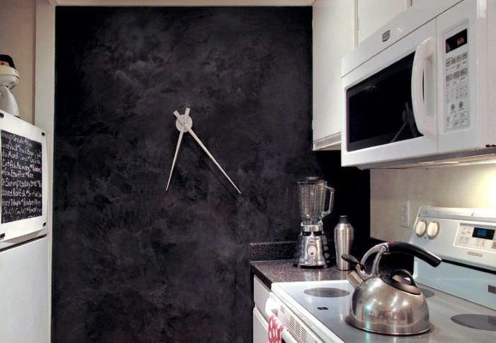 Декор стены кухни оригинальными часами