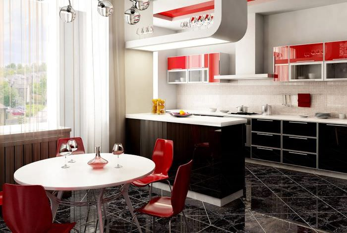 Черно-белая кухня с красными стульями