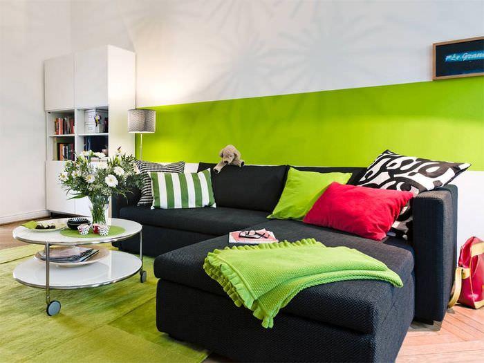 Сочетание зеленого цвета с черным в интерьере гостиной