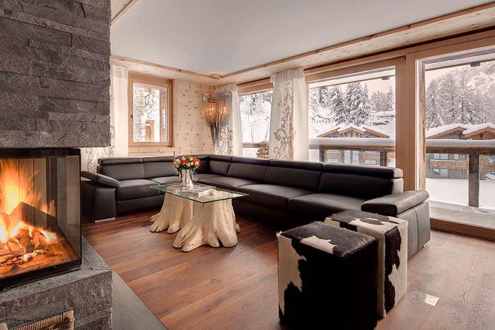 Вместительный диван с черной обивкой