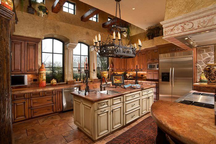 Большая кованная люстра над кухонным островом