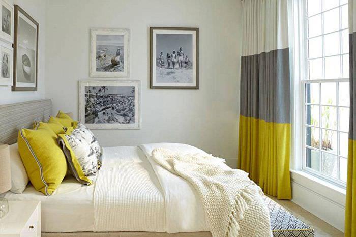 Цветные занавески в небольшой спальне