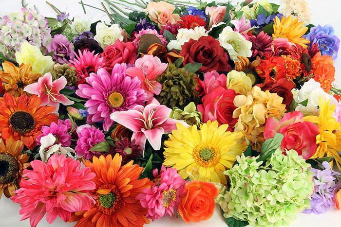 Красивая композиция из пластиковых цветов