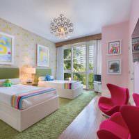 Зеленый ковер на полу детской с двумя кроватями
