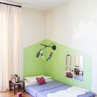 Зеркало в виде окошка на стене детской