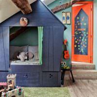 Игрушечный домик в комнате мальчика дошкольного возраста