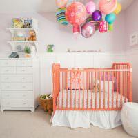Разноцветные шары над кроваткой младенца