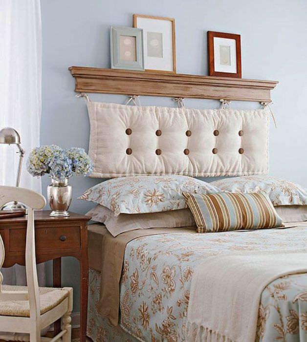 Украшение изголовья кровати с помощью мягкой подушки