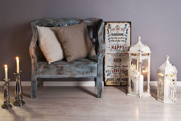 Небольшое деревянной кресло с потертыми поверхностями