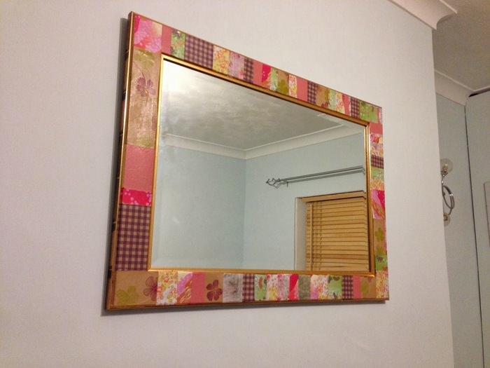 Декорирование оправы зеркала в технике декупажа