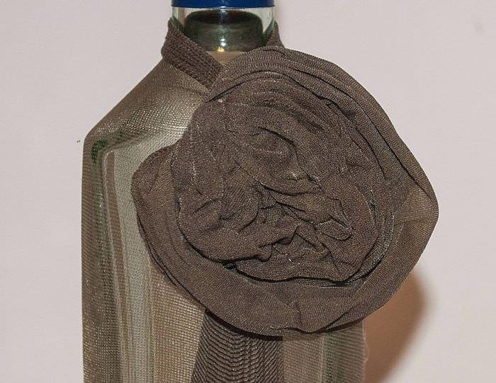 Декоративный цветок из колготок на стеклянной бутылке