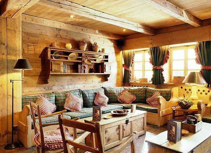 Оформление гостиной загородного дома в деревенском стиле