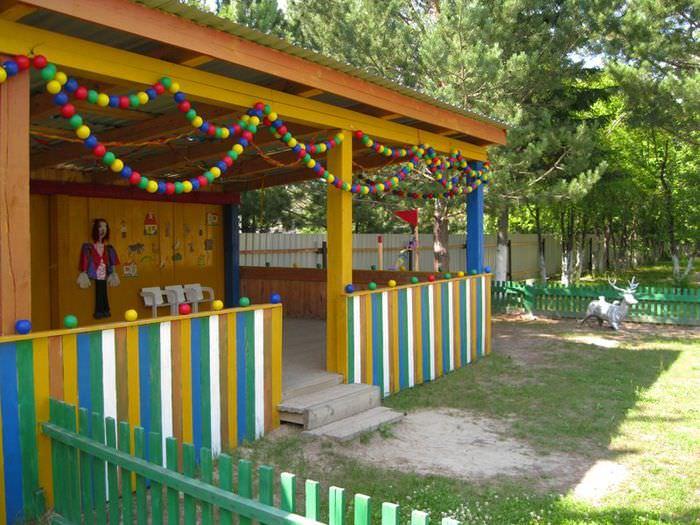 Деревянная беседка на территории детского садика