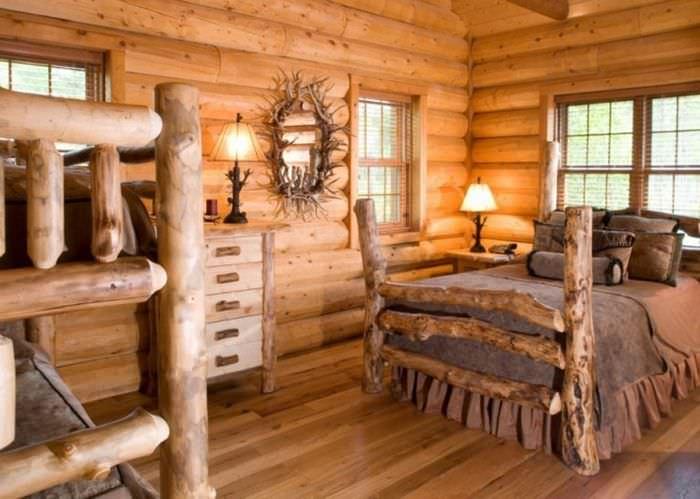 Кровати из стволов дерева в русской избе