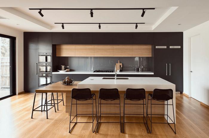 Черные софиты на белом потолке кухни
