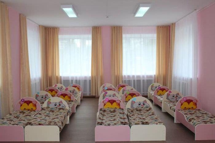 Светло-коричневые занавески на окнах детской спальни