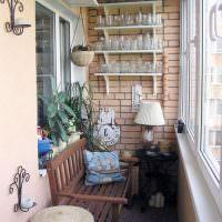 Деревянная лавочка для отдыха на балконе