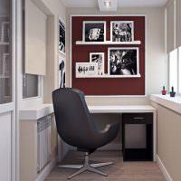 Офисное кресло на жилом балконе