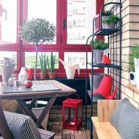 Красные рамы на балконе многоэтажки