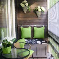 Зеленые подушки на деревянной стене