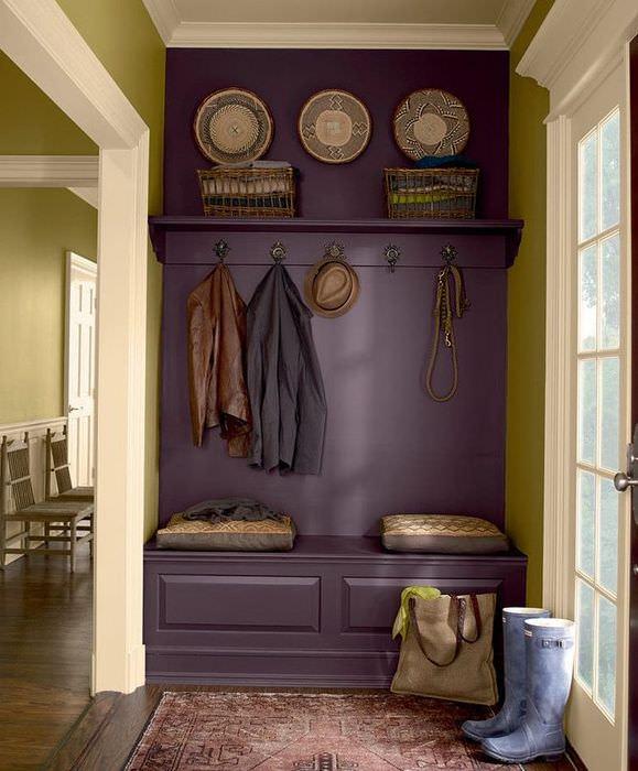 Фиолетовая вешалка в прихожей частного дома