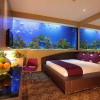 Зеркало и аквариум в интерьере спальни