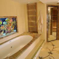 Дизайн ванной комнаты с встроенным аквариумом